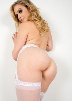 Роскошная блондинка в белых чулках была облита маслом и жестко выебана - фото 3