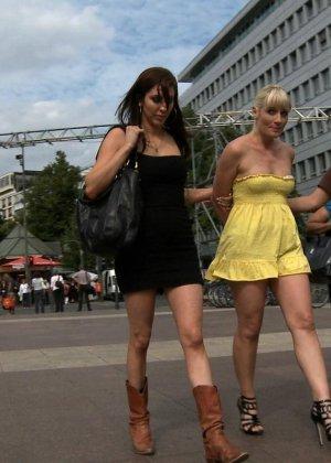 Блондинку ебут на публике в трамвае после длинного рабочего дня - фото 3