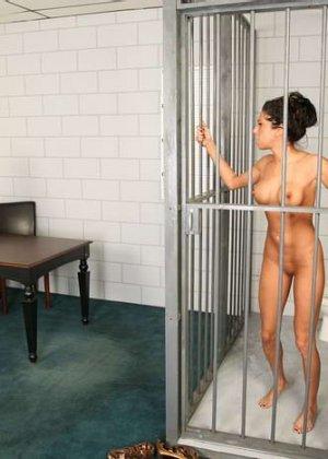 Зрелая надзирательница в женской тюрьме сначала раздела заключенную, а потом заперла ее в клетке - фото 7