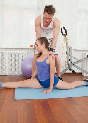 Рита расставляет свои стройные ножки перед возбужденным парнем и разрешает себя трахать - фото 2