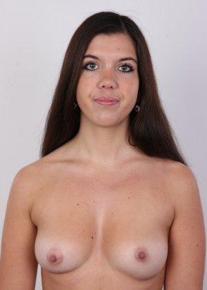 Длинноволосая брюнетка решила заработать денег эротической фото сессией - фото 8