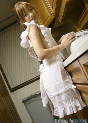Ирука Сакано в сексуальном платье на кухне сосет мужу член - фото 1