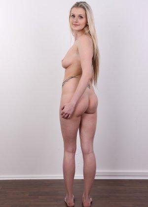 Послушная блонда в татушках вертится перед камерой, как этого от нее требуют - фото 13