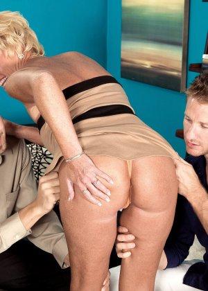 Зрелая белокурая проститутка занимается еблей в два ствола сразу - фото 10