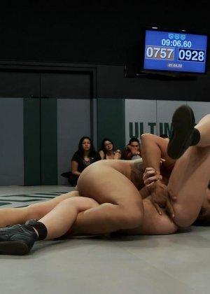 Девушки устраивают сексуальный поединок - они сражаются друг с другом в обнаженном виде - фото 14