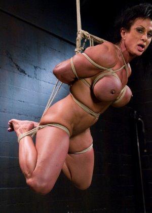 Для любителей мужеподобных женщин и собрана эта галерея - одна бодибилдерша выдерживает испытания - фото 9