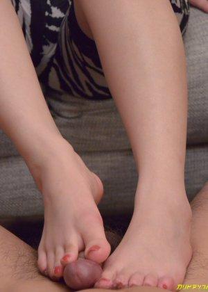 Азиатская телка ножками мастурбирует член своему парню а тот делает куник - фото 13