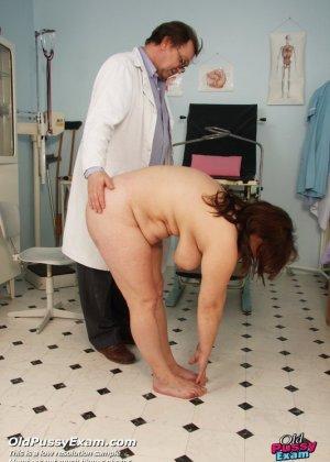 Зрелая Светлана приходит на прием к гинекологу, раздвигает ноги и показывает с себя со всех сторон - фото 3
