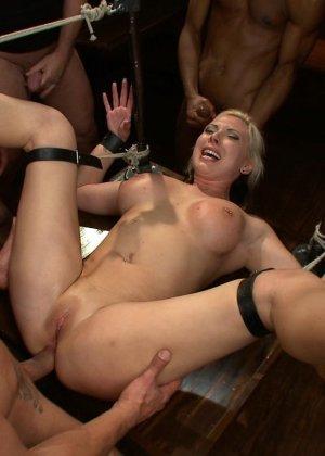 Блондинка показывает себя в полной красе – она готова принять в себя несколько членов и ублажить их - фото 13