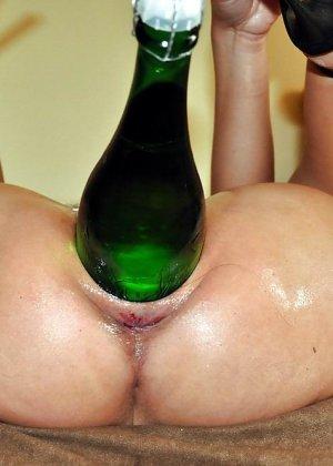 Разные развратницы показывают, как они принимают в свою пизду бутылки любых размеров - фото 1