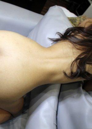 Большой пенис проникает в узенькую вагинальную дырочку азиатской шмары - фото 9