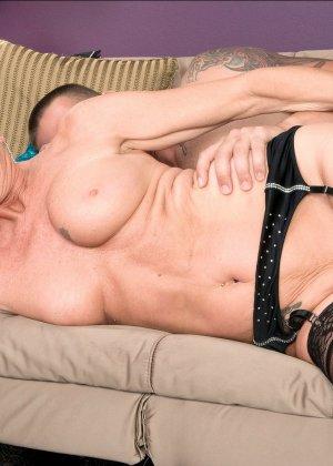Горячая зрелая сучка очень хочет секса, поэтому с радостью подставляет свою пизду молодому мужчине - фото 12