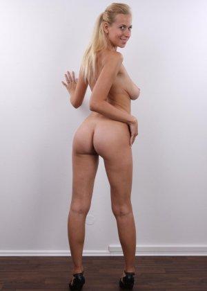 Блонда с большими упругими сиськами решилась показать киску на кастинге - фото 12