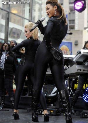 Певица Beyonce выступает на публике в сексуальном черном костюме - фото 1