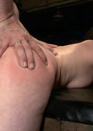Шарлотта достаточно развратна, чтобы подставить свое тело для истерзания несколькими мужчинами - фото 15