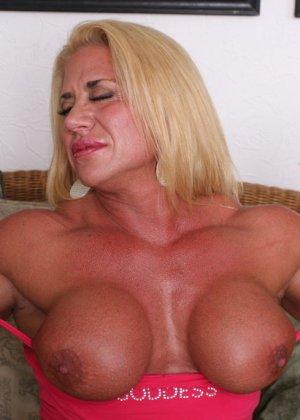 Женщина-бодибилдерша очень напоминает внешне мужчину, но всё же ее нутро говорит о женственности - фото 11