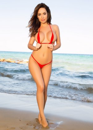 Адриенн Левай показывает свое сексуальное тело в крохотном красном бикини, позволяя насладиться своей красотой - фото 1