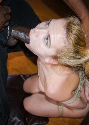 Девушка принимает на себя различные испытания и в итоге оказывается выебана черным членом - фото 13