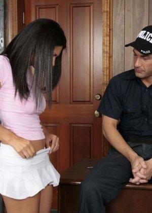 Темнокожая преступница получает удовольствие от того, как полицейский засовывает ей палец в пизду - фото 4