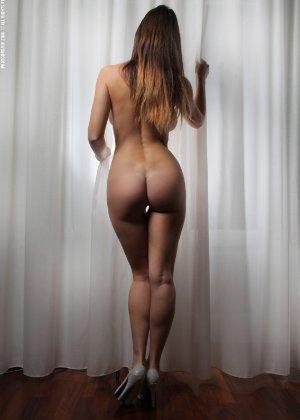 Молодая телка обнажает свою грудь и крутится во дому в голом виде - фото 43