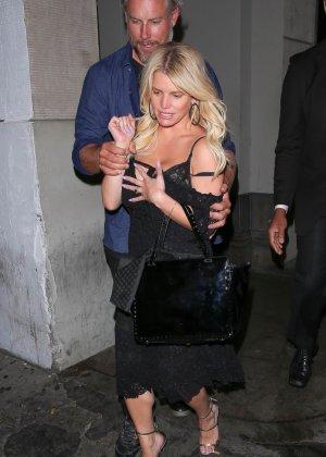 Развратную блондинистую актрису проводит к машине её хахаль - фото 10