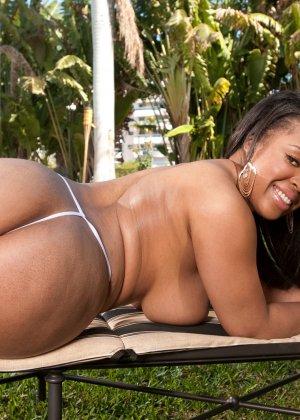 Пышная темнокожая женщина раздвигает ноги, чтоб показать свою пизду и может шокировать своими объемами - фото 12