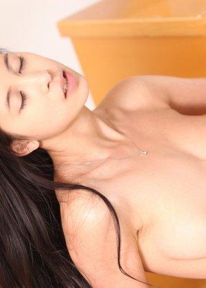 Молоденькая брюнетка доводит свою аккуратную киску до оргазма, а затем расслабленно ложится - фото 10