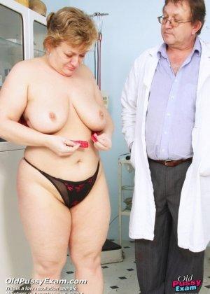 Женщина приходит на осмотр к врачу и не ожидает, что ее так тщательно будет разглядывать мужчина - фото 15