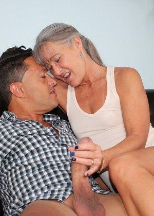 Зрелая женщина не стесняется своего тела и показывает себя мужчине, а затем ласкает его член руками - фото 4