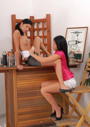Две сексуальные красотки уединяются, чтобы показать - они умеют развлекаться и без мужчин - фото 6
