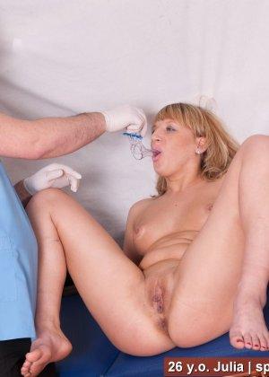 Зрелая дамочка приходит на прием к врачу и оказывается полностью осмотрена развратным доктором - фото 6