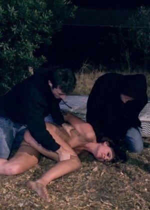 Девушку на природе ночью ебут два пьяных паренька которые рады ей - фото 7