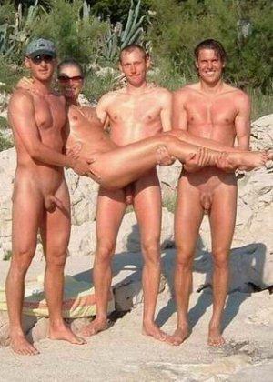 Фотографии с нудистских фото сессий: раскованные девушки и парни не стесняются своих голых тел - фото 4