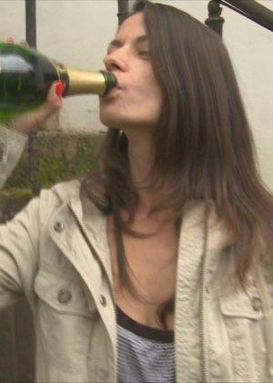 Люди пьют и трахаются прямо на природе - фото 8- фото 8- фото 8