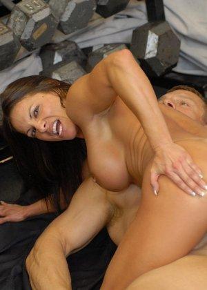 Опытная женщина занимается в спорт-зале, а в итоге оказывается между двумя мужскими членами - фото 10