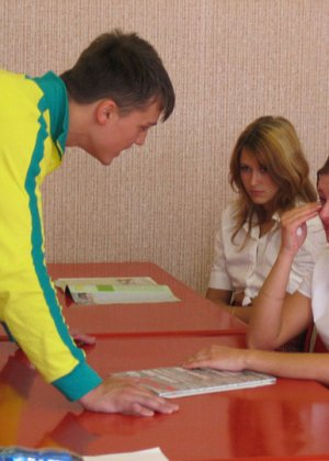 Русских студенток прямо в университете наказывают, шлепая по жопе - фото 3