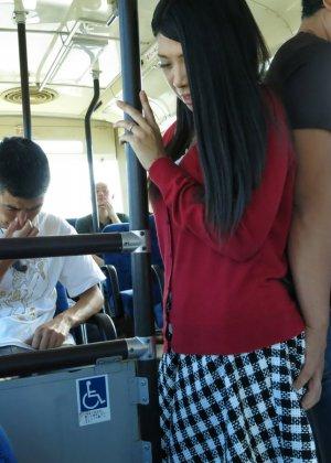 Стройную молодую азиатку раздирает толпа пьяных мужиков в автобусе - фото 10