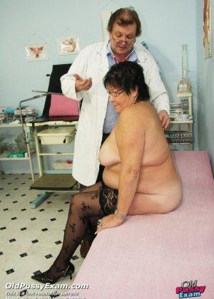 Зрелая женщина приходит на визит к гинекологу и она показывает ему все свои интимные части тела - фото 4