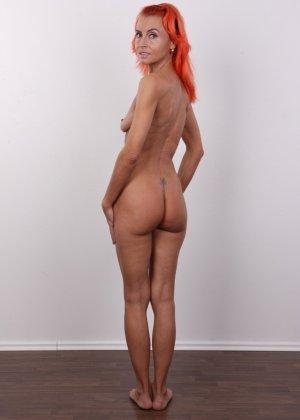 Зрелая рыжеволосая женщина не стесняется показывать свое тело и полностью раздевается перед камерой - фото 14