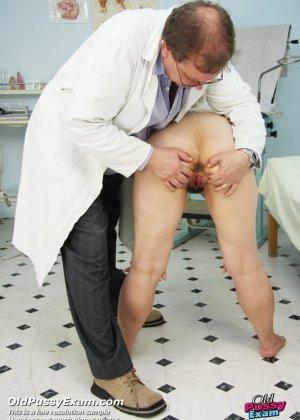 Зрелая женщина на приеме у гинеколога разрешает делать с собой самые развратные вещи - фото 3