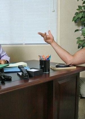 Дэвон Мишель  ебется со своим клиентом на рабочем столе, повизгивая от удовольствия как шлюха - фото 5