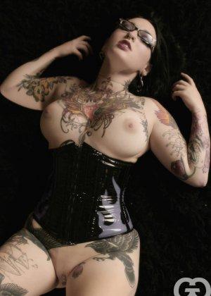 Телка БДСМ любит, когда ее связывают, она даже черные кожаные корсеты купила для этого случая - фото 5