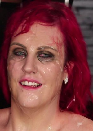 Развратная женщина с необычной внешностью показывает свою смелость в сексуальном плане - фото 22