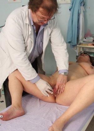 Зрелая Светлана приходит на прием к гинекологу, раздвигает ноги и показывает с себя со всех сторон - фото 7