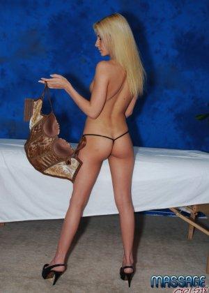 Крашеная блондинка работает в салоне эротического массажа, она пользуется особым спросом - фото 5