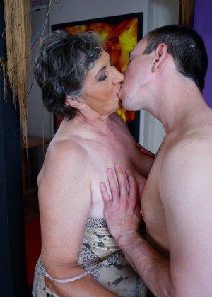 Женщина в почтенном возрасте соблазняет молодого мужчину и он устраивает ей хорошую еблю - фото 10