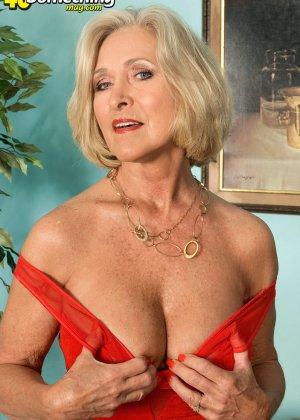 Женщина в преклонном возрасте показывает свое хорошее тело - фото 2- фото 2- фото 2