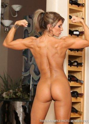 Горячая штучка показывает свою отличную физическую подготовку - ее телу можно только позавидовать - фото 15