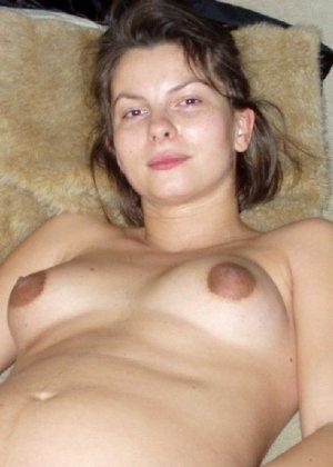 Беременная телка с небритой киской показывает свою грудь - фото 1