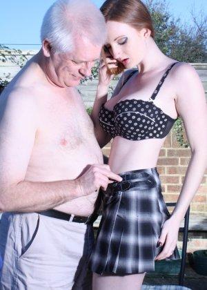 Пожилому мужчине очень повезло - ему отдается молодая телочка и удовлетворяет его желания - фото 9
